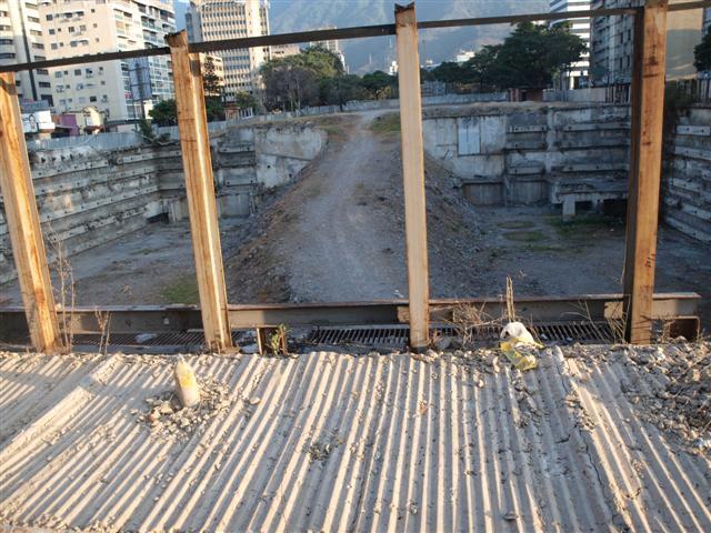 Las planchas de metal que rodeaban este terreno (ex Centro Altamira) han sido derribadas.