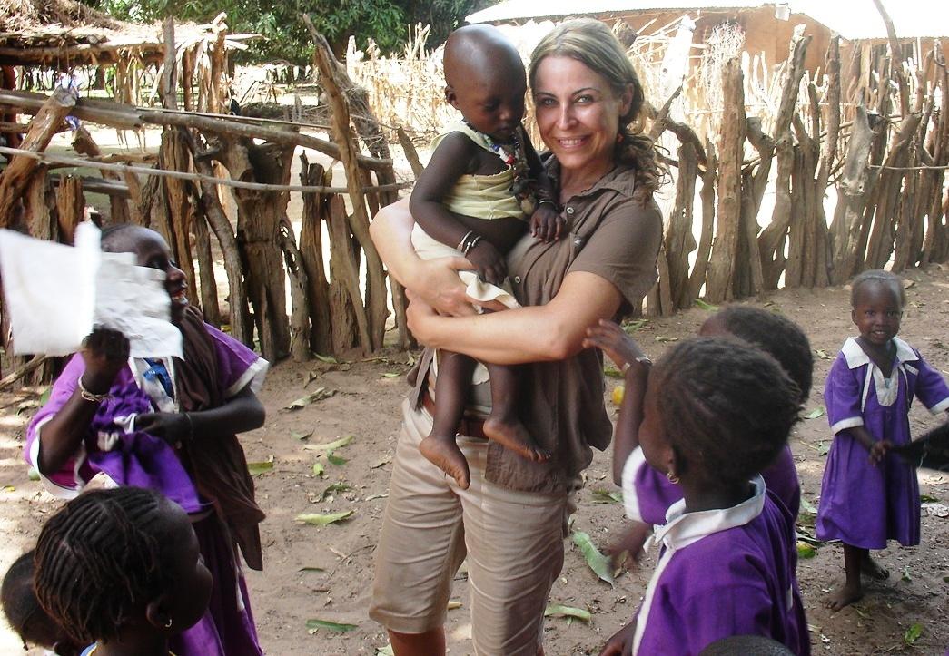 La periodista Karen Marón en un campamento en Gambia.