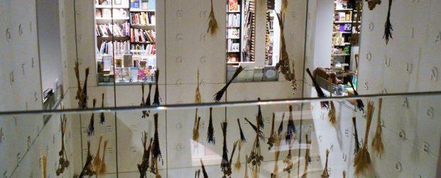 Eso puede ser una buena librería, un lugar para acogerse y recogerse. Un sitio apropiado para observar desde afuera y desde adentro, y luego escribir sobre el ambiente que se […]