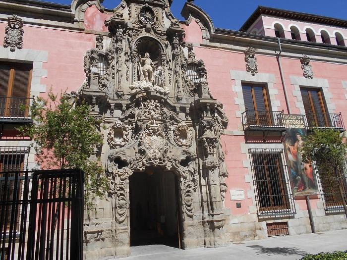 En este edificio municipal de la calle Fuencarral se halla la exhibición documentada sobre la búsqueda de los huesos de Cervantes.