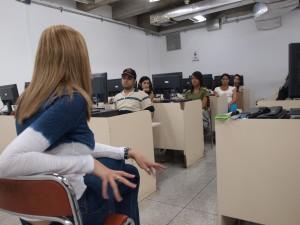 Iglesias durante la entrevista grupal, en el aula.