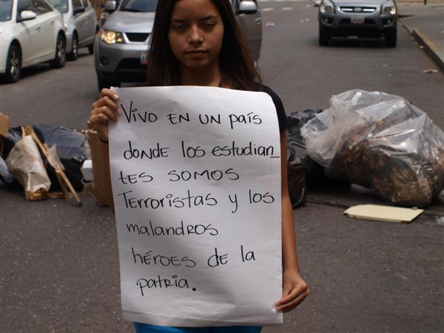Ha sido una constante en estas manifestaciones de febrero: carteles que lo dicen todo.