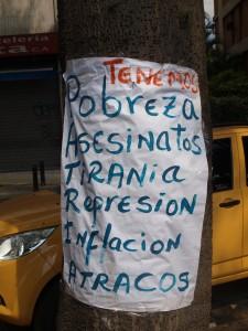 Una pancarta pegada a un árbol en Altamira, sitio de revueltas durante febrero-marzo 2014.