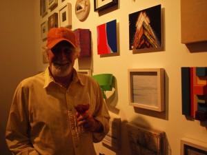 El artista plástico Ricardo Benaím frente a la muestra Pixeles, el domingo pasado.
