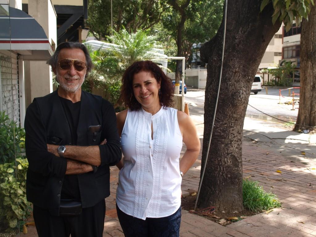 El artista Rolando Peña y Beatriz Gil frente a la galería de ella.