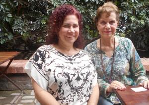 Corina con su amiga Beatriz Gil el sábado 5/3/2016 en el jardín-restaurant detrás de la galería, a las 2:30 pm.