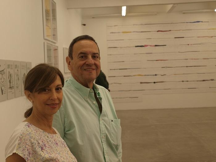 """La artista Elizabeth Cemborain y el curador Miguel Miguel en medio de la exposición """"Múltiple / Polígrafa Obra Gráfica""""."""