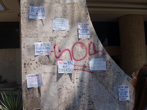 Letreros pegados por la gente en un edificio aledaño a la plaza Altamira, en marco y abril de 2014.