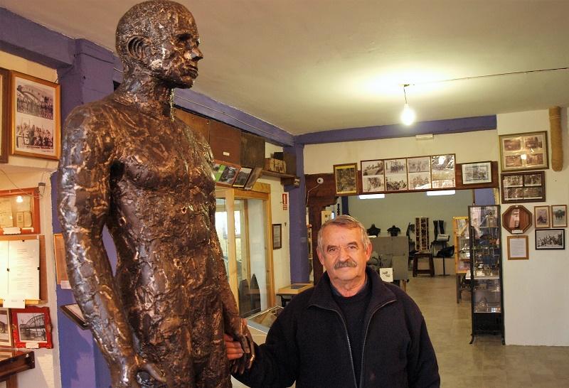 Goyo con una de sus figuras hechas de metralla.