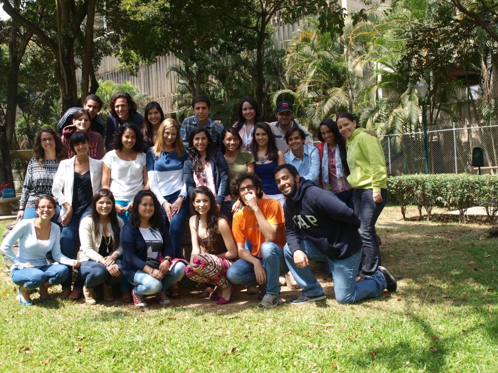 La reportera (al centro, blusa de mangas largas azul y blanca) con el noveno curso de Periodismo 2013-2014.