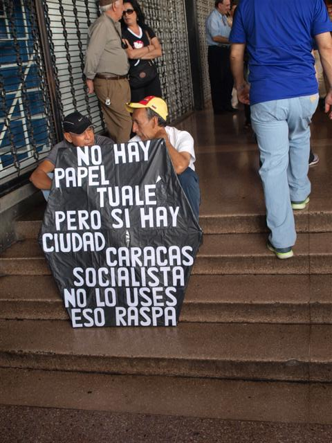 Este letrero lo pasearon por la retaguardia de la concentración en plaza Brión.